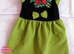 Wykonana i wyhaftowana ręcznie jasnozielona sukieneczka dla dziecka - haft przedstawia łowicki motyw kwiatowy