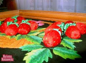 Wypukłe truskawki na ręcznie haftowanym obrazie łowickim wykonanym przez Mariannę Madanowską