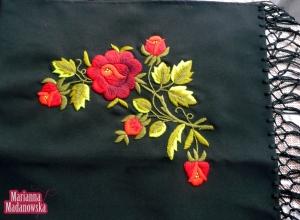 Wyrazisty haft kwiatowy wykonany ręcznie na szalu łowickim przez Mariannę Madanowską