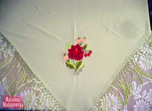Wyrazisty haft ręczny z różą i niezapominajkami wykonany przez Mariannę Madanowską na jasnozielonej chuście łowickiej