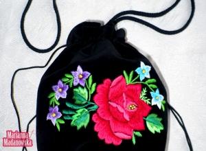 Wyrazisty i barwny motyw kwiatowy wyhaftowany ręcznie na ludowo na nowym woreczku łowickim Marianny Madanowskiej