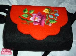 Wyrazisty i różnobarwny haft łowicki wykonany ręcznie na stylowej torebce