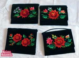 Wzorzyste róże łowickie haftowane ręcznie przez twórczynię Mariannę Madanowską na damskich torebkach