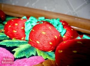 Zbliżenie na trójwymiarowe truskawki haftowane ręcznie - łowicki kosz z truskawkami