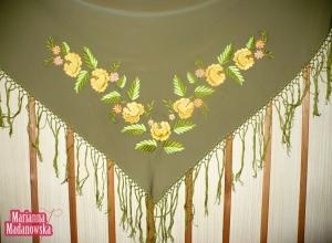 Zgniło-zielona chusta z ręcznie haftowanymi złotymi różami wykonana przez Mariannę Madanowską