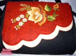 Złota róża wyhaftowana na bordowo-czarno-białej torebce po łowicku