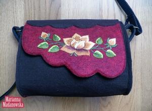 Złote róże wyhaftowane ręcznie na łowickiej bordowo czarnej torebce
