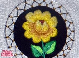 Złoto-żółta róża zdobiąca łowicki wisiorek, wyhaftowana ręcznie przez Mariannę Madanowską