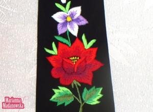 Żywe barwy haftu ręcznego wykonanego na łowickim krawacie przez Mariannę Madanowską