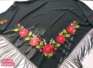 Żywe bordowe róże i oliwkowozielone listki - tak przedstawia się ludowy haft ręczny na łowickiej chuście