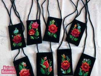 Folklorystyczny haft ręczny wykonany na etui telefonów komórkowych - piękne kwiatowe wzory łowickie