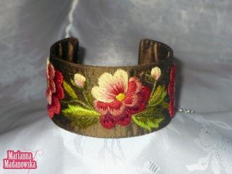 Haftowane ręcznie bratki na łowickiej bransolecie koloru brązowego - haft Marianny Madanowskiej
