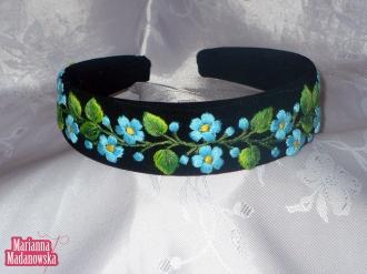 Niebieskie kwiatuszki i zielone listki - motyw łowicki haftowany ręcznie na opasce damskiej