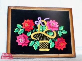 Obraz z wyhaftowanym ręcznie przez Mariannę Madanowską koszem z kwiatami