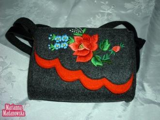 Piękna stylowo wykonana torebka dla kobiety, haftowana ręcznie motywami łowickimi
