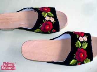 Ręcznie haftowane w łowickie wzory kwiatowe buty damskie, motyw bordowych róż i jasno-różowych niezapominajek