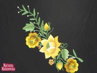Ręcznie haftowany motyw kwiatowy na szalu autorstwa Marianny Madanowskiej
