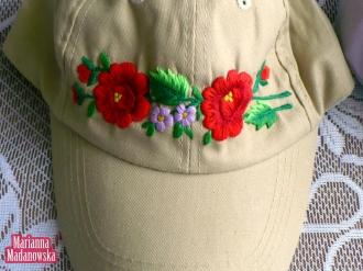 Wyhaftowana ręcznie w folklorystyczne łowickie motywy kwiatowe czapeczka bejsbolówka w kolorze beżowym